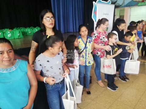 (DiaroExtra) Entregan útiles a niños de escasos recursos en Escazú