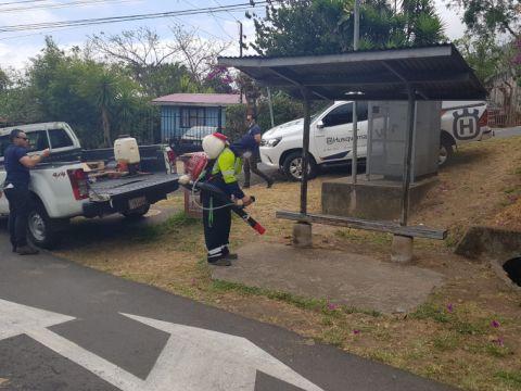 Desinfectan las paradas de autobús de Escazú - Mayo - 2020